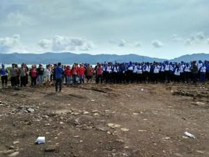 FOTO: Peserta Tagana Bersama ASN, TNI, Polri dan Masyarakat Angkat Enceng Gondok di Danau Tondano