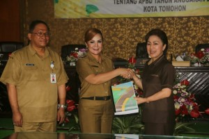 Ketua DPRD Tomohon menerima RAPBD 2018 dari Wakil Wali Kota