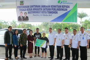 Wali Kota Tomohon Serahkan Santunan BPJS Ketenagakerjaan kepada Ahli Waris  Linmas
