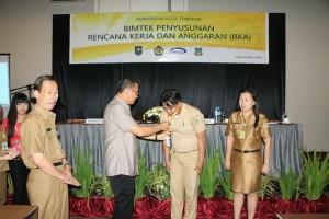 Wali Kota Tomohon menyematkan tanda peserta Bimtek