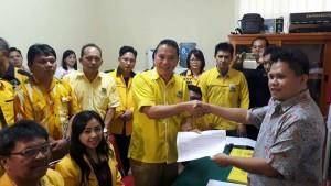 Ketua DPD II Partai Golkar Tomohon didampingi jajaran pengurus saat mendaftar