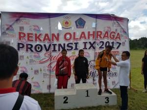 Ketua PASI Kota Tomohon Ir Stefanus BAN Liow menyerahkan medali