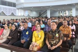 Wali Kota, Wakil Wali Kota bersama jemaat pada peringatan HUT ke-69 GMIM Maranatha Paslaten