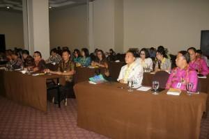 Peserta sosialisasi mendnegarkan materi dari Kementerian Dalam Negeri