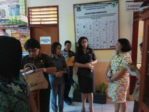 Ladys F Turang dan tim mengecek kesiapan akreditasi Puskesmas