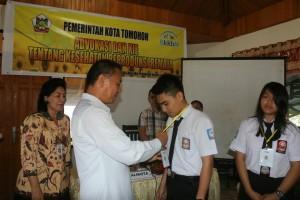 Wali Kota Tomohon menyematkan tanda peserta
