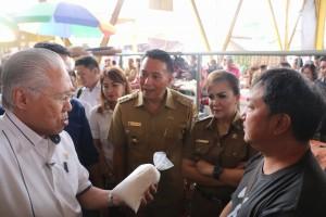 Menteri Perdagangan saat meninjau Pasar Beriman Tomohon didampingi Wali Kota dan Wakil wali Kota Tomohon