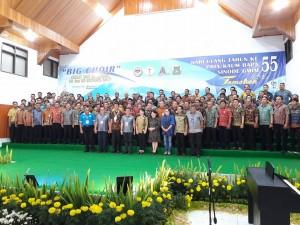 Ketua DPRD Tomohon bersama Ketua P/KB Sinode GMIM foto bersama salah satu peserta Big Choir