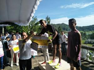 Agus Prayogo menerima hadiah diserahkan Sekkot Tomohon