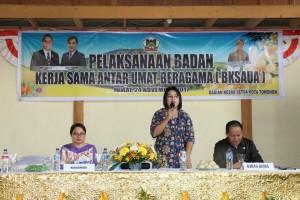 Staf Ahli Wali Kota Tomohon Mariam Rau SH membawakan sambutan wali kota