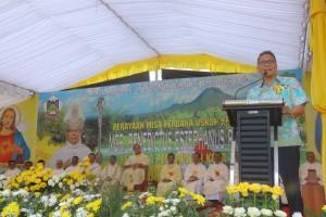 Wali Kota Tomohon memberikan sambutan dalam rangkaian kegiatan Misa Perdana Uskup Manado