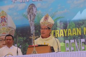 Uskup Manado saat memimpin Misa Perdana di Kota Tomohon