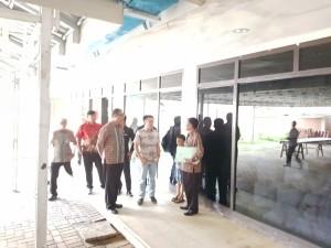 SBAN Liow saat melakukan tugas monitoring dari ruangan ke ruangan di Kantor DPD-RI Perwakilan Sulawesi Utara