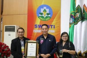 Wali kota bersama Ketua Forum Kota Sehat dan Kadis Kesehatan