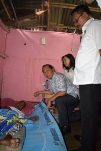 Kunjungi Warga Sakit, MaMa Himbau Perangkat Kelurahan Sigap