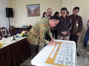 Wali Kota Tomohon menandatangani komitmen bersama menuju Tomohon Smart City