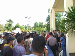 Anggota DPRD Harun Lullulangi saat menerima para pengunjuk rasa