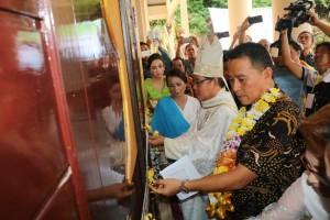 Wali Kota Tomohon dan Uskup Manado melakukan pengguntingan pita