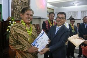 Ketua P/KB Sinode GMIM menyerahkan hadiah kepada pemenang lomba
