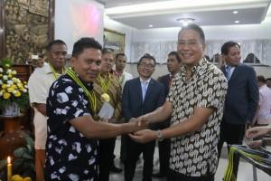 Wali Kota Tomohon menyerahkan hadiah kepada pemenang lomba