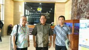 Sekretaris Kota Ir Harold V Lolowang MSc MTh dan Direktur PDAM Marthen S Gosal di kementerian Kauangan usai penandatanganan Perjanjian Kerja Sama Dana Hibah