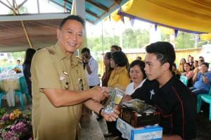 Wali Kota Tomohon saat menuutp dan memberikan bantuan kepada peserta pelatihan