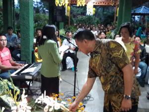 Ketua DPD Partai Golkar Tomohon memasang lilin