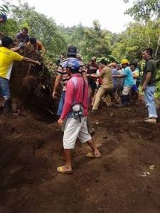 Gotong Royong, Warga Pakuure III, Makasili Raya dan Kumelembuai Bersihkan Longsor