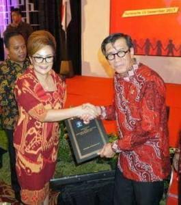 Wakil Wali Kota Tomohon menerima penghargaan Kota Peduli HAM dari Menteri Hukum dan HAM