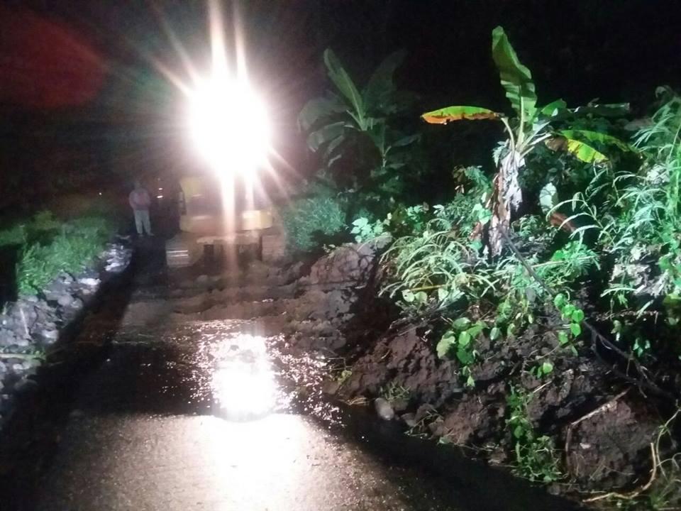 BPBD, Damkar, Satpol, PU serta pemerintah Kecamatan Pineleng dibantu warga, membuka jalan Pineleng-Tombulu yang tertutup longsor setelah menerima instruksi dari Bupati Minahasa Drs Jantje W Sajow M.Si (JWS) pada Sabtu (16/12/2017).