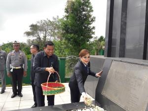 Wakil Wali Kota menabur bunga