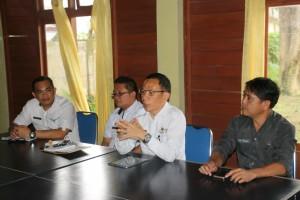 Ketua Panitia HUT ke-15 Kota Tomohon memimpin rapat