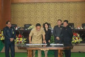Wali Kota Tomohon menandatangani Perda Tibum