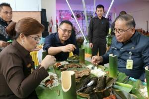 Wali Kota, Wakil Wali Kota, dan Sekretaris Kota makan di daun sebagai budaya Tomohon
