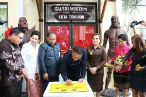 Wali Kota Tomohon Jimmy F Eman SE Ak didampingi wakil wali kota dan Sekkot menandatangani Prasasti Galeri Museum