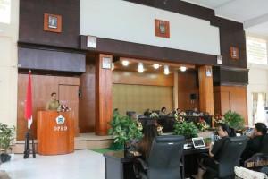Wali Kota Tomohon membawakan sambutan pada Rapat Paripurna