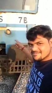 Selfie, Selfie berbahaya, india, Shiva Kumar, disambar kereta