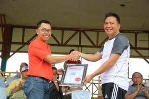 Wali Kota Tomohon menerima penghargaan Impelentasi Smart City