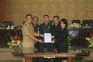 Wali Kota, Ketua DPRD didampingi dua wakil ketua dan Sekretaris Kota Tomohon