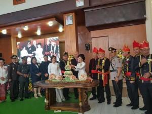 Ketua DPRD Tomohon memasang lilin HUT