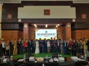 Foto bersama usai Rapat Paripurna Istimewa