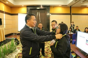 Wali Kota Tomohon menyematkan tanda peserta didampingi Kepala Badan Keuangan Daerah
