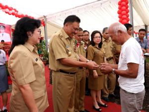 Olly Serahkan Beasiswa dan Kunci RTLH di Minahasa