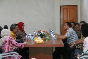 Wali Kota Tomohon saat menerima Tim Korsupgah KPK