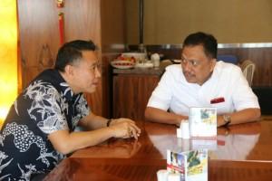 Wali Kota Tomohon dan Gubernur Sulawesi Utara terlibat perbincangan serius di RUPS Bank Sulut