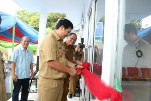 Wakil Gubernur Sulawesi Utara Drs Steven Kandouw saat meresmikan SPPBE