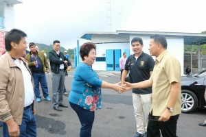 Wali Kota Tomohon menyalami owner