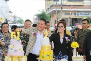Wali Kota dan Wakil Wali Kota Tomohon memasang lilin HUT ke-51 dan HUT Dua Tahun Kepemimpinan EMAS