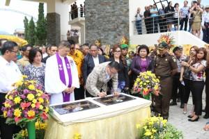 Wali Kota menandatangani prasasti Menara Alfa Omega
