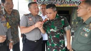 TNI-Polri Berbagi Kasih di Hari Valentine